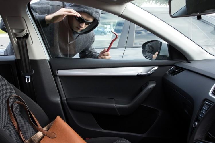 In wenigen Sekunden verschaffen sich Diebe Zugang zum Auto.