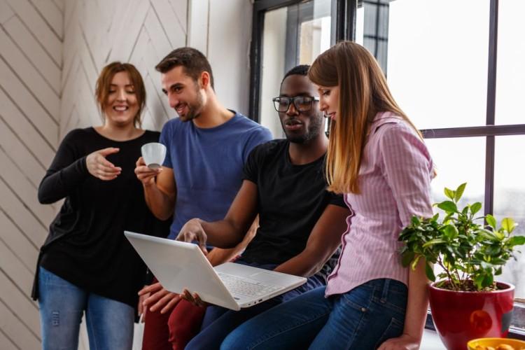 Gruppe von internationalen Studenten mit einem Laptop